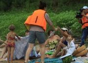 Причем люди купаются не только в популярных местах, но и на диких пляжах.