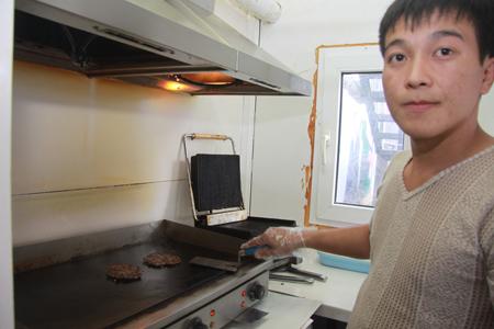 «Главное, чтобы посетители видели, из чего готовится бургер», - говорит Нурман Кебекешев. / Фото Алексея БЕЛЯЕВА.