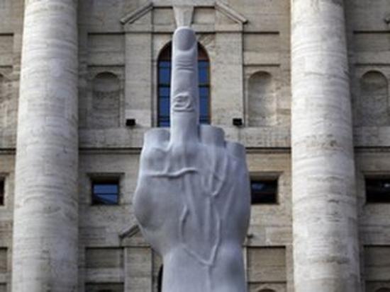 Средний палец перед зданием фондовой биржи в Милане. Иллюстративное фото.