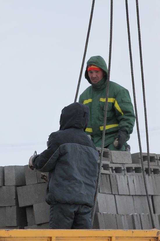 Прорабы смеются, что на стройке остались самые морозостойкие строители. Многие, не выдержав холода при работе на высоте, поувольнялись.