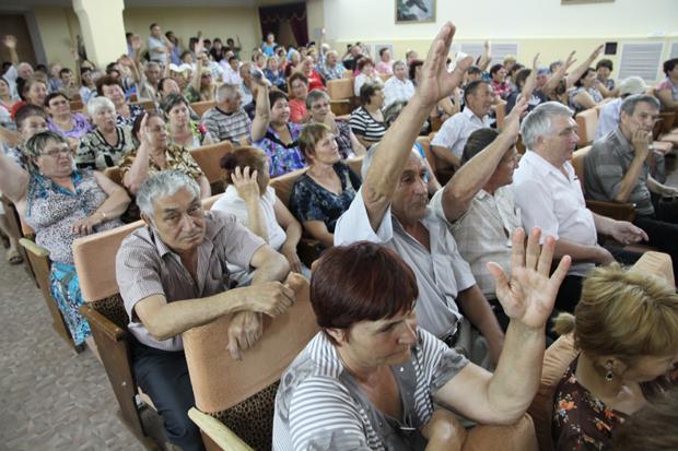 Жители Деркула в июне 2013 года проголосовали за то, что оставаться микрорайоном Уральска. Сегодня, часть населения готова проголосовать за то, чтобы стать поселковым округом в составе города.