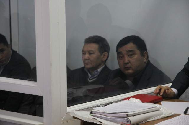 Муслим Ундаганов (на переднем плане) на скамье подсудимых