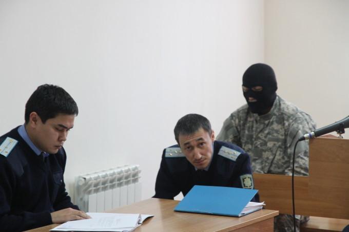На судебные заседания потерпевший Руслан Аминов (в центре) ходит в форме и в сопровождении бойца спецназа