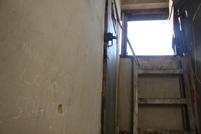 Жильцы подъезда, где произошла трагедия утверждают, что крыша многоэтажки излюбленное место местной молодежи.
