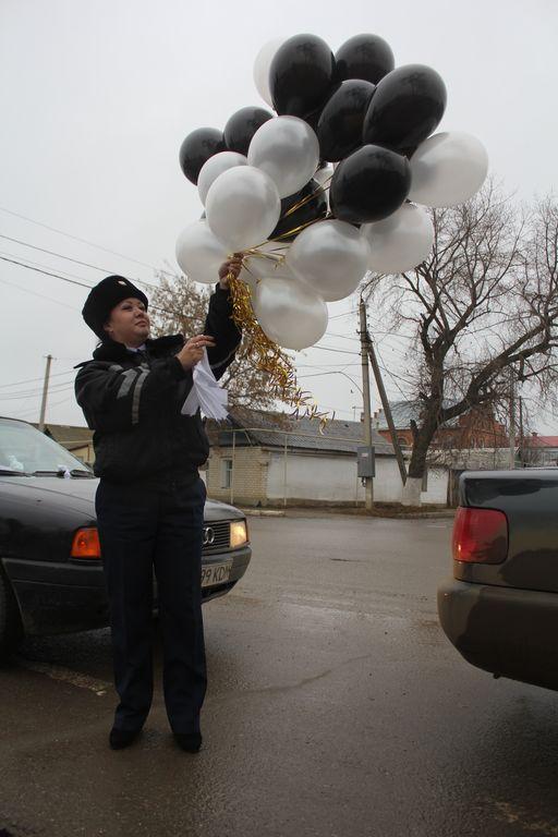 День памяти погибших в ДТП завершился в Уральске запуском черно-белых шаров.