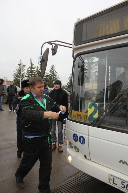 """Как только водителю автобуса второго маршрута вручили """"ленту памяти"""" он привязал её на зеркало своего авто."""