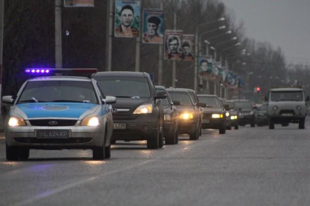 На скорости 40 км в час кортеж автомобилей проехал по главным улицам города.