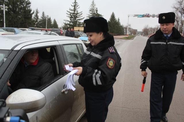 После остановки машин, полицейские объясняли причину остановки и вручали водителям белые ленты.