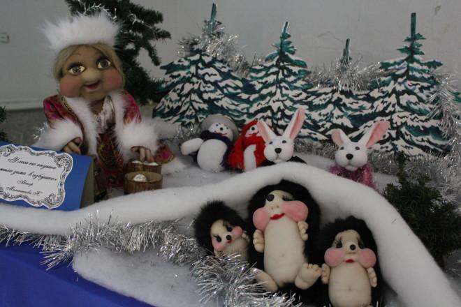 Самой забавной показалась снегурочка из «Зимней сказки». Темнокожая женщина в костюме снегурочки вместо привычной белокожей с румянцем девушки, не могла не изумлять взор фотографа и корреспондента.