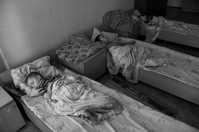 Эти дети, может быть. впервые спят на кроватях в чистых постелях.