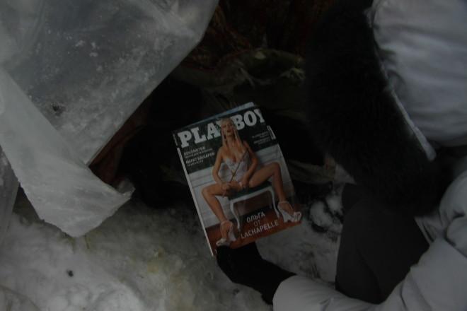 """Ничто человеческое им не чуждо: журнал """"Плэйбой"""" - единственное, что можно полистать после """"трудового"""" дня."""