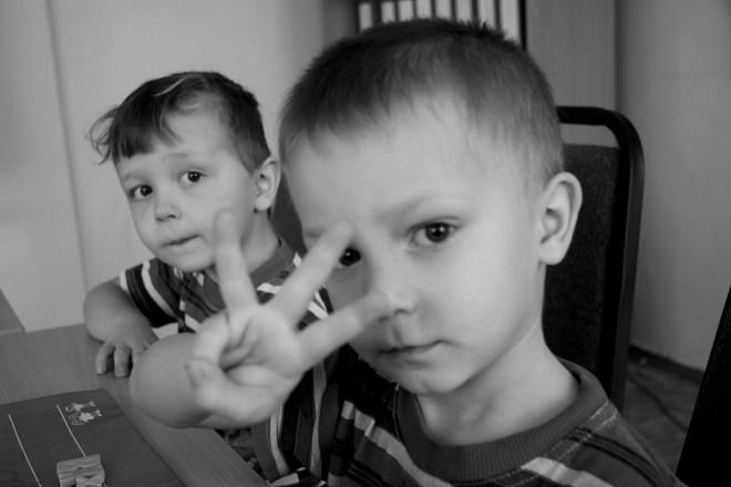 """Вову с маленькой сестренкой мама забыла на несколько дней у своей знакомой. """"Мне три года"""", - показывает малыш."""