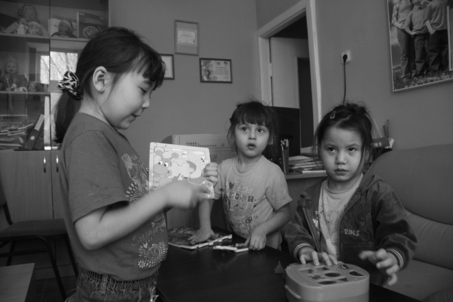 """Зое, Айлуне и Айгерим по 4 года. """"Мы ждем-ждем, а они не приходят"""", - говорят они о своих мамах."""""""