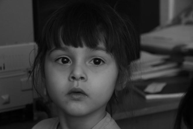 """Маленькая Зоя, как может защишает свою маму: """"Она ко мне приходит"""". На самом деле это не так.           """" """"Мама приходит""""."""""""
