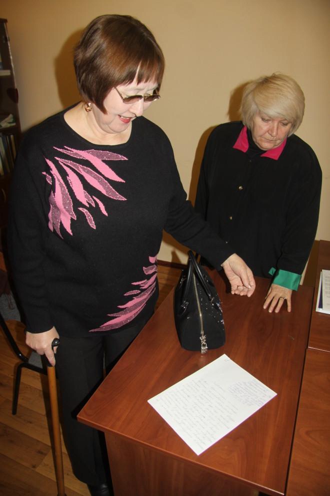 Шамхия Канетова (слева) и Алла Жужа надеются, что это заявление на имя Тарасенко поможет им стать собственниками новых квартир.