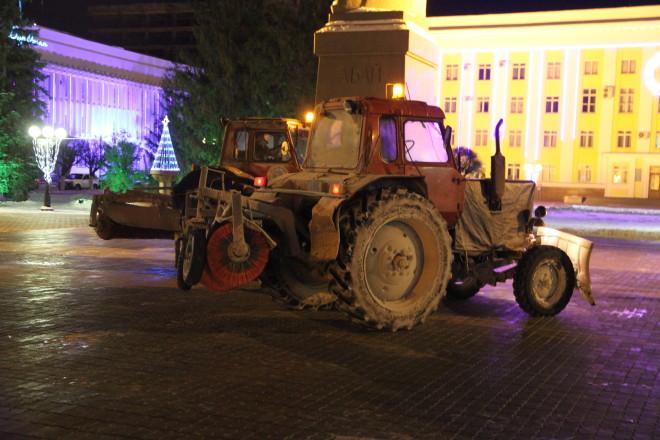 Тракторы ГК ДЭП кружили по площади не давая участникам подойти к памятнику Абая