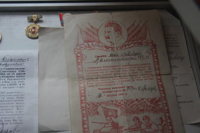 Также в  музее есть уголок, в котором расположены нагрудные знаки, награды и грамоты.