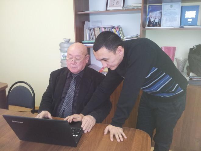 Педагог-информатик школы в посёлке Асан Данияр Аймухамбетов отмечает, что аксакал Насиболла Туменов очень способный и дисциплинированный ученик. Работать с такими учениками - одно удовольствие