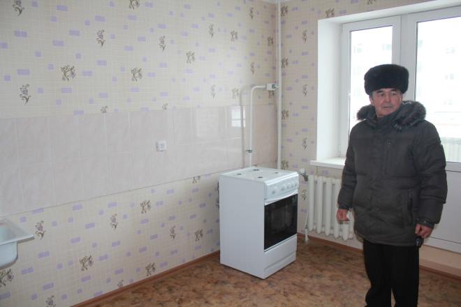 Ильяс Батишев отмечает, что о такой просторной кухне владельцы «хрущёвок» даже мечтать не могли – почти 9 квадратных метров.