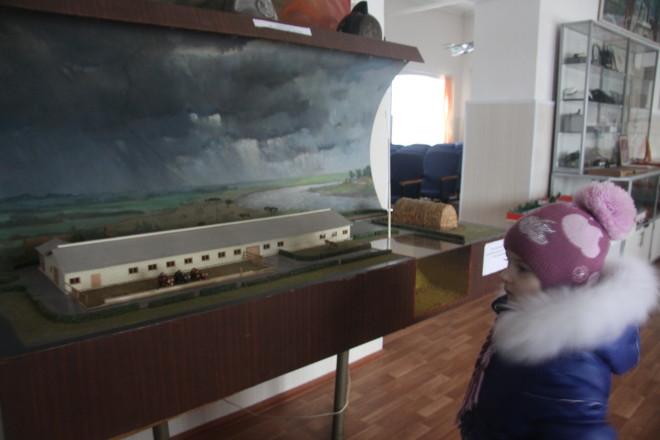 Действующий макет «Громозащита» показывает как без громоотвода загорается стог сена.