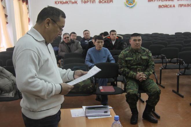 На фото: адвокат Шамрат Балмагамбетов считает, что в смерти солдата виновно руководство воинской части, которое всю вину свалило на его подзащитного.