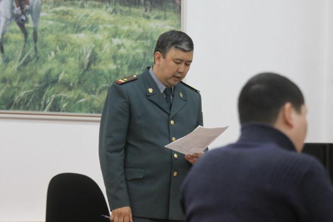 На фото: прокурор Турали Бакиров зачитывает обвинительную речь и просит суд приговорить подсудимого к 1 году лишения свободы