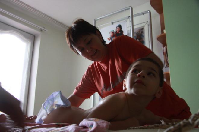 Сауле Агниязова знает, какой массаж надо делать при спастике, какой - при атрофии мышц. Работе инструктора ЛФК она училась на семинарах Божены Славов.