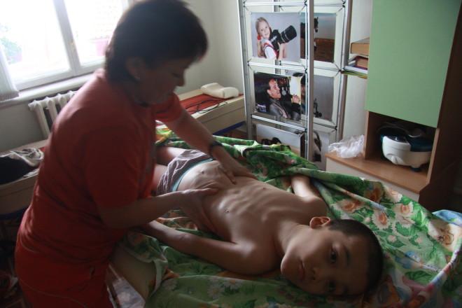 У обычного человека массаж вызывает приятные ощущения в мышцах. Для скованных тяжелым недугом детей массаж - это труд. Ребенок после него испытывают такую же усталость, что  и взрослый в тренажерном зале.