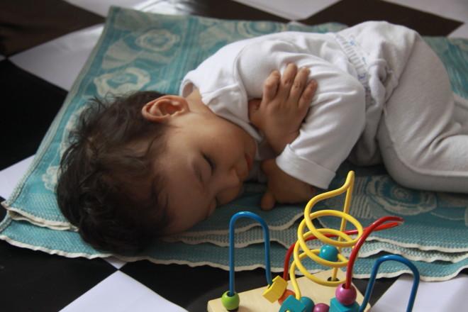 Первый день  тяжелых побед закончился. Маленькие труженики, борясь со своим недугом засыпали прямо на полу,
