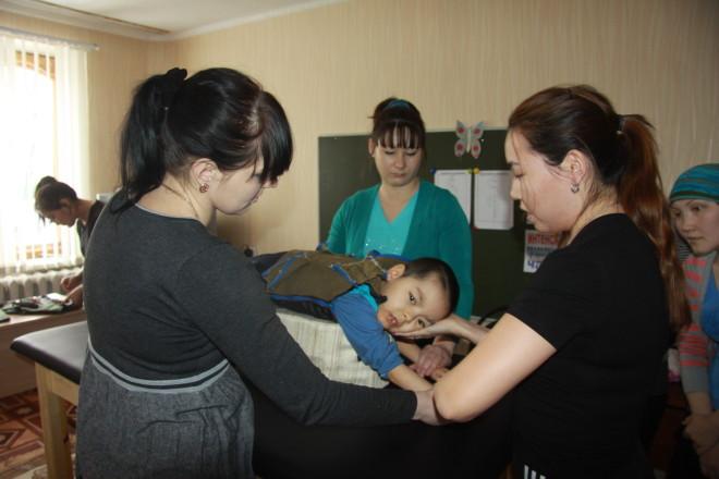 Паттернинг - имитация движения ползающего ребенка. Так с помощью трёх мам мозг малыша получает импульсы имитации движения и таким образом начинает восстанавливаться и развиваться.