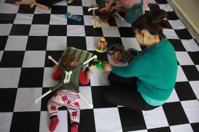 Шахматный (контрастный) пол помогает детям корректировать зрение.