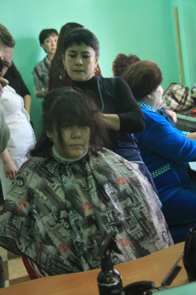 Инвалид-колясочник Люция Нурманова уже забыла, когда была в салоне красоты, но расставаться с длинными волосами никогда не собиралась. Сегодня  Люции повезло, стилист Гульсум Бекетова - специалист по длинным локонам...