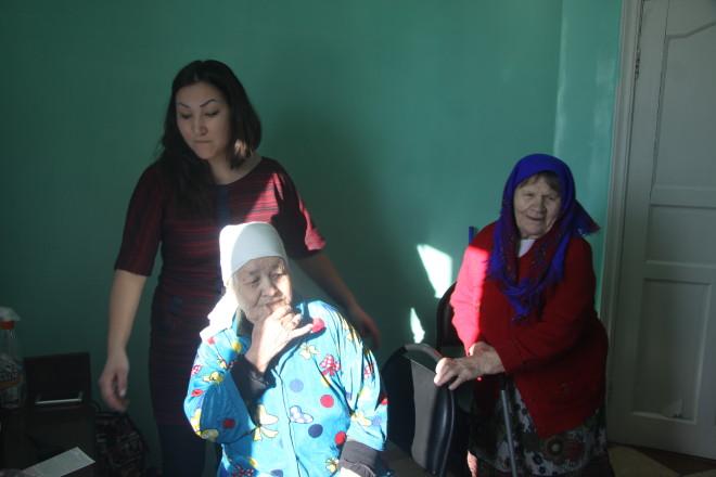 Ару Сапаровой 86 лет. Она едва передвигается, но как только ей предложили сделать прическу она сняла плато и село в кресло стилиста.