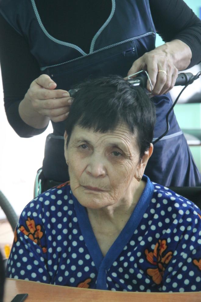 """Подруги по интернату долго спорили сколько лет Разие Сериккалиевой: """"%4, 58 или 60. Чего молчишь , Разия, вот же только на днях твой День рождения праздновали!?"""" """" Скажу, когда сделаю прическу"""", ответила она."""