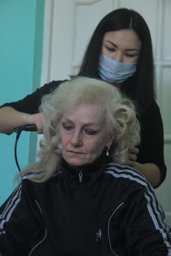 С прической Татьяны Логинчук стилист Эльнура Есенжанова колдовала дольше остальных, у Татьяны роскошные густые волосы.