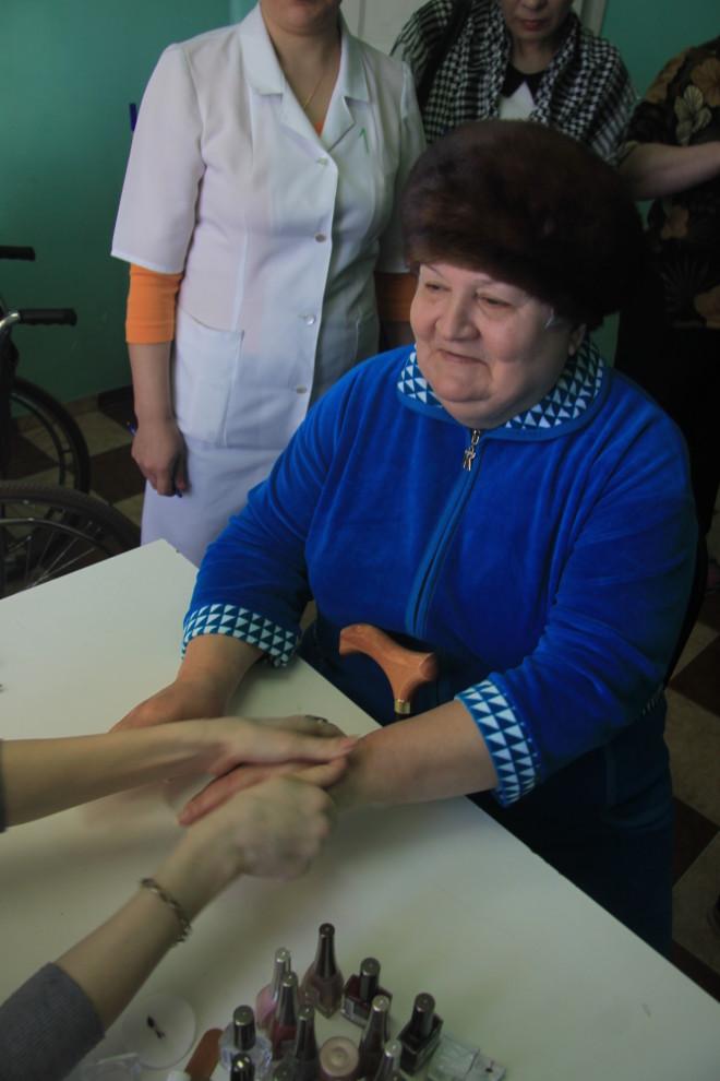 Галина Георгиевна Седова - инвалид по зрению и не может увидеть, какой красивый маникюр сделала ей Алла Акутина, но она очень тонко ощущает тепло человеческих рук. Она точно знает, что сегодня красива, как никогда.