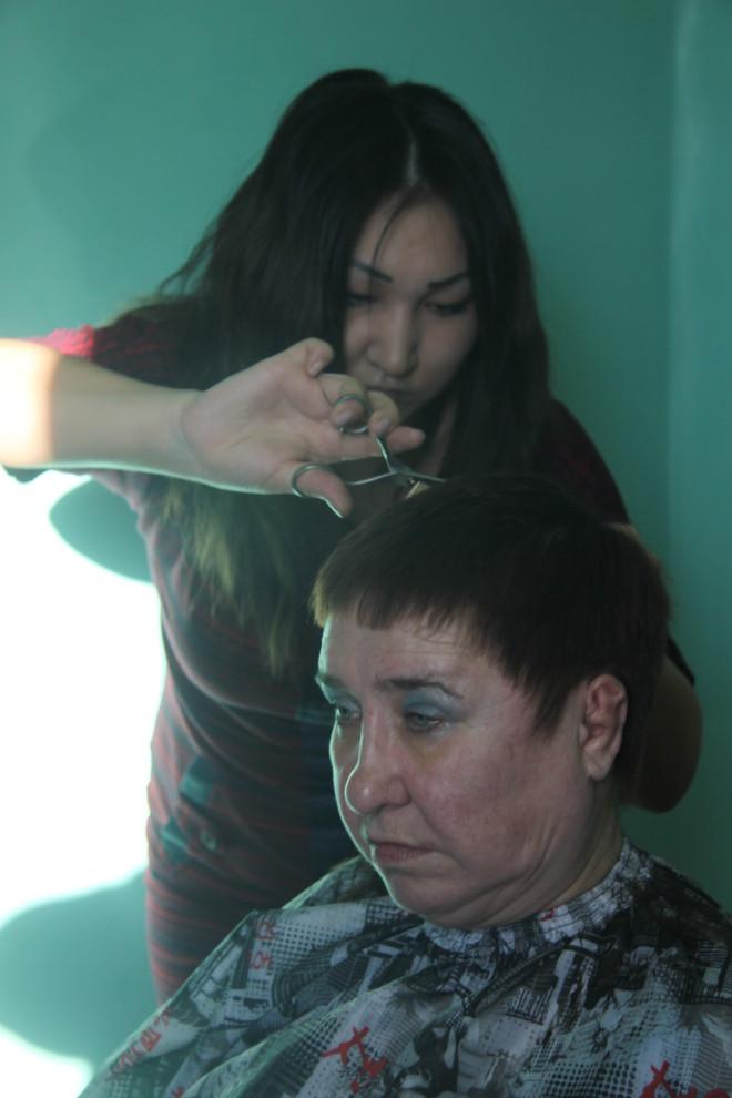 Марина Михайловна Артемьева в 51 год осталась совсем одна. Её сын погиб. А в интернат попала после ампутации ног. Сегодня она ощутила внимание и заботу. Мариам Губайдуллина сделала всё, чтобы настроение у её подопечной было особенным.