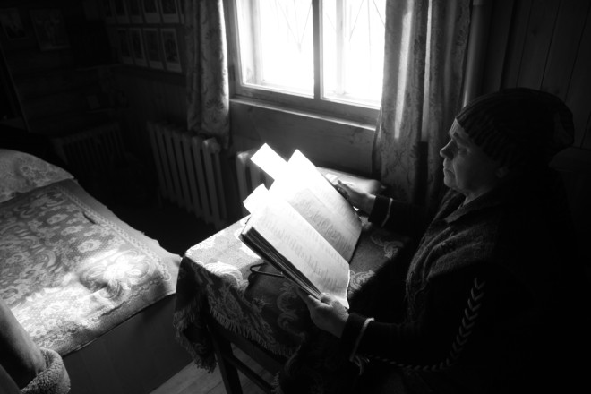 «Чем больше молитв, тем активнее работают злые силы, - объясняет мать Вера. - В миру молитвы так часто не читают. А здесь – постоянно».
