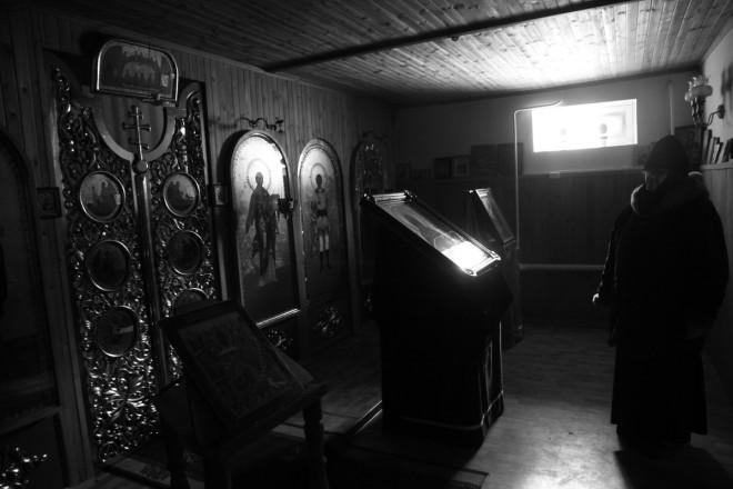 Место для будущего храма расчищали сами монахини. Разгребая кучи мусора и остатки старинных строений, находили старые книги и иконы. Царские врата (на снимке) ведущие к престолу, единственное место куда монахини не имеют доступа - вера не позволят.