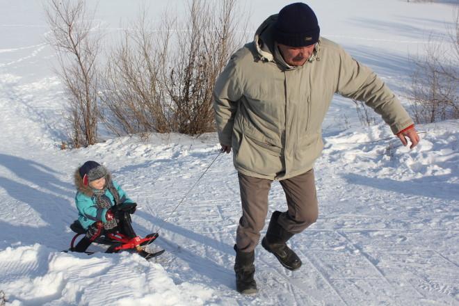 Совсем маленькие малыши хоть и не бегали на лыжах, зато с удовольствием провели время на свежем воздухе.