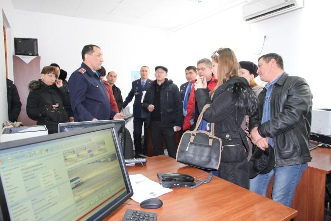 Талгат Ахаев, заместитель начальника управления административной полиции, показывает как электроника фиксирует нарушения.