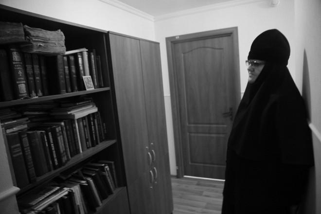 В монастыре есть небольшая библиотека.