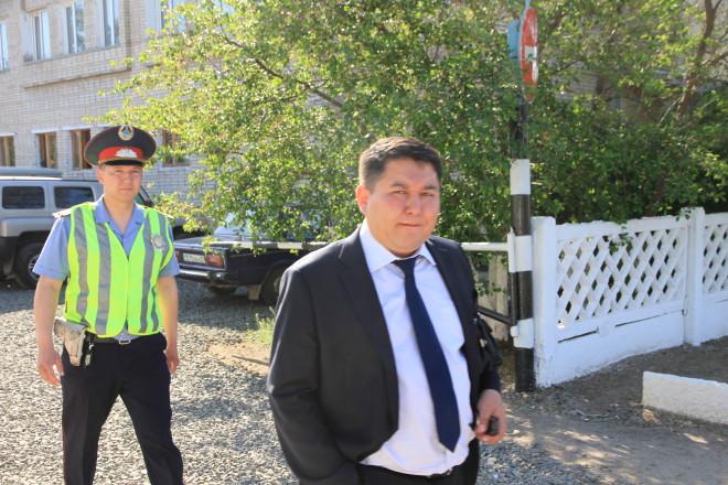 Талгат Райжанов выходит из здания наркологической экспертизы. 15 мая 2014 года.