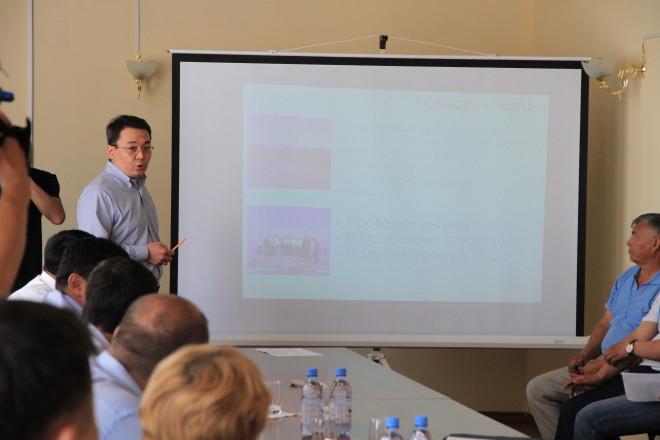Заместитель акима области Каримов выступает с проектом плана развития озера Шалкар перед акимом области. Озеро Шалкар, 24 мая, 2014 года