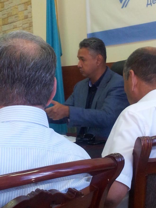 Азат Перуашев (на фото - в центре) на встрече с бизнесменами оказался в положении выбирающего между отъемом частной собственности и её сохранением // Фото автора