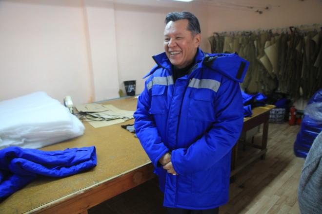 Директор предприятия Малик Кубейсинов демонстрирует журналистам уже готовый костюм.