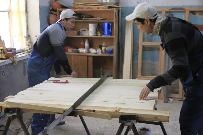 В столярном цеху постоянно работают только двое парней, Руслан и Райнбек. Остальных привлекают, когда много заказов.