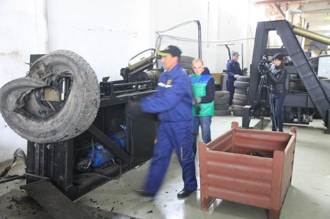 Из покрышек шин грузового транспорта сначала удаляется проволочный корд вот на этом станке.