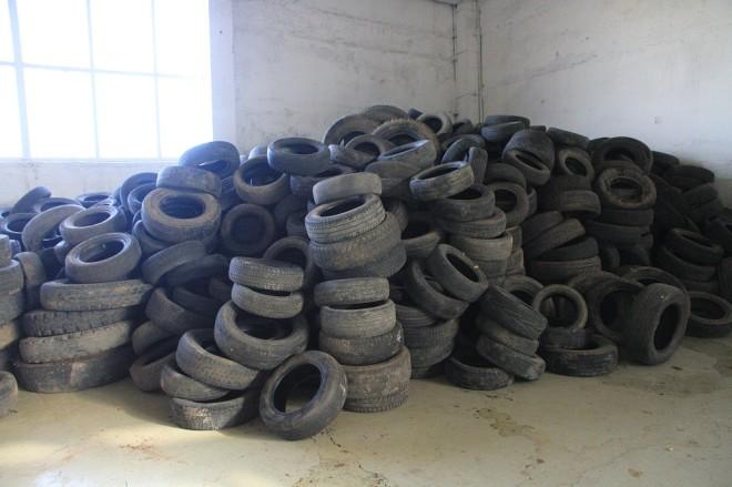 производство начинается вот с этого склада сырья - отслуживших свой срок автомобильных покрышек.