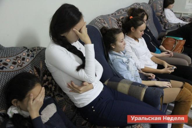 Всех госпитализированных школьников по очереди приводили к членам врачебной комиссии, в которой было несколько узких специалистов и психолог.